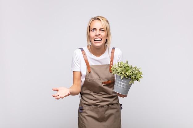 怒って、イライラして欲求不満の叫び声wtfを探している若い女性の庭師