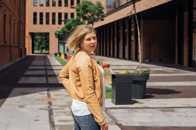 若い女性は、観光旅行の観光と喜びのブログで都市の建築に精通します...