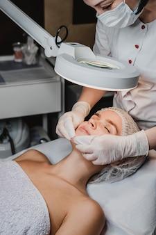 Молодая женщина, получающая косметические процедуры в спа-салоне