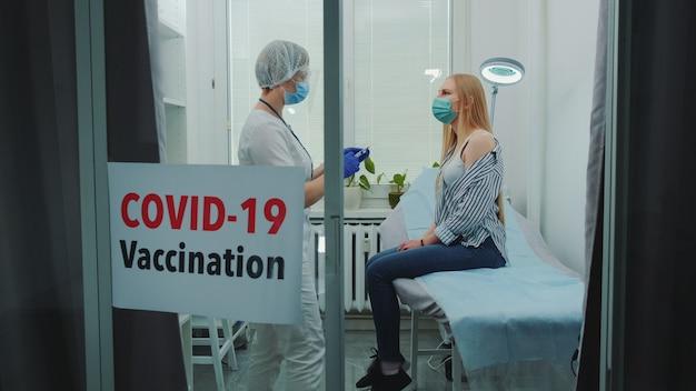 Молодая женщина получает вакцину коронавируса в больнице