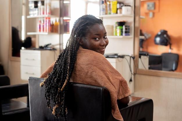 뷰티 살롱에서 그녀의 머리를 받고 젊은 여자