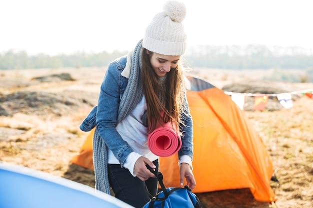 젊은 여자 하이킹, 캠프장에 서 준비
