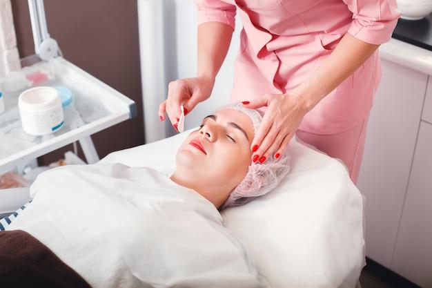 Молодая женщина, получающая спа-процедуры в салоне красоты