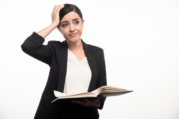 白い背景の上の仕事に飽きた若い女性。高品質の写真