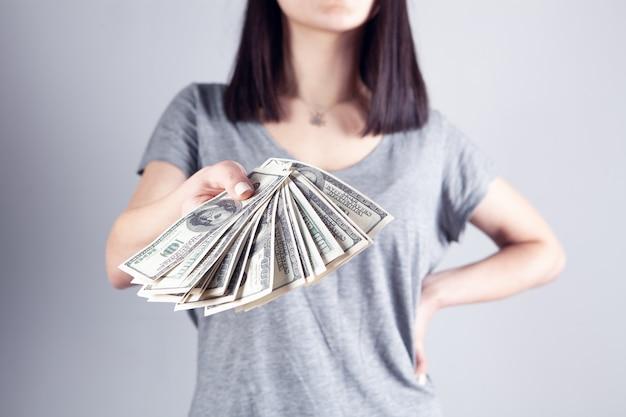 젊은여자가 돈을 준다