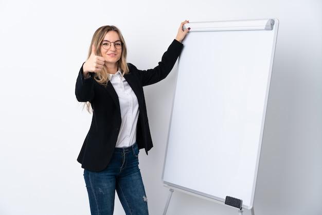 Молодая женщина, презентации на белой доске с пальца вверх