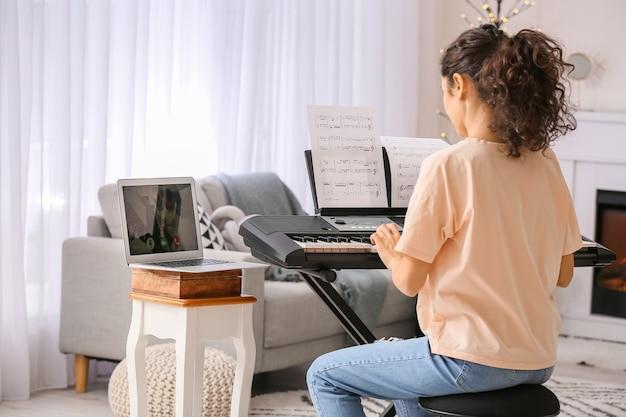 집에서 온라인 음악 수업을주는 젊은 여자