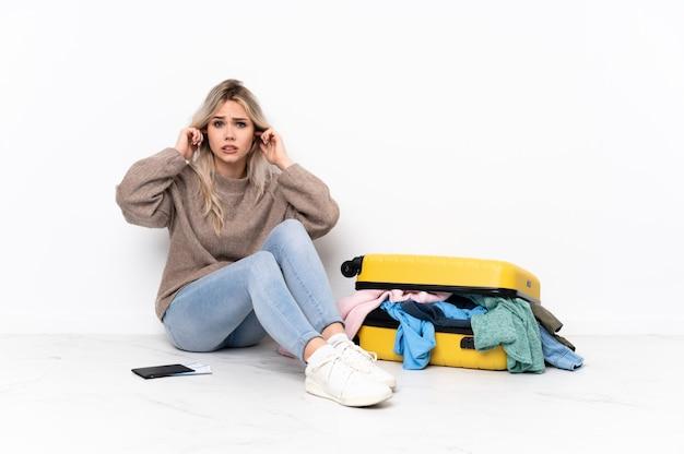 Молодая женщина собирается путешествовать через изолированную стену