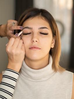 若い女性が美容院で眉毛矯正を受けた