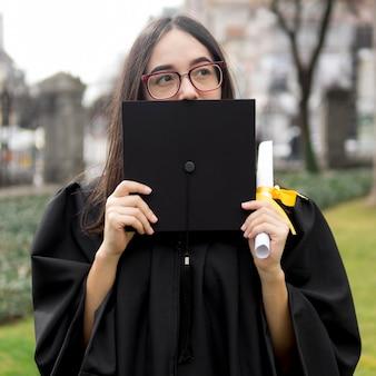 Giovane donna alla cerimonia di laurea