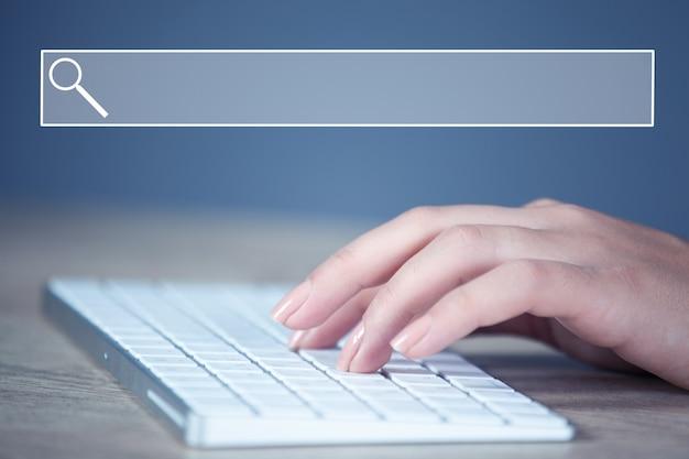 젊은 여자 손 컴퓨터 키보드