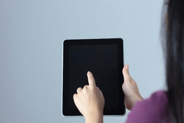젊은여자가 손 잡고 태블릿