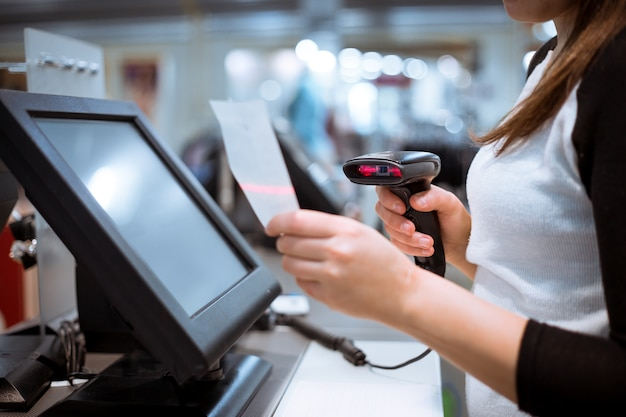 젊은 여자 손 스캔 / 입력 할인 / 영수증에 판매, 터치 스크린 금전 등록기, 시장 / 상점
