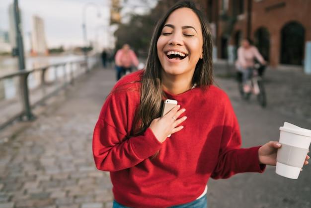 Молодая женщина счастлива и взволнована.