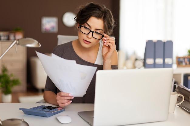 Молодая женщина, усердно работающая дома