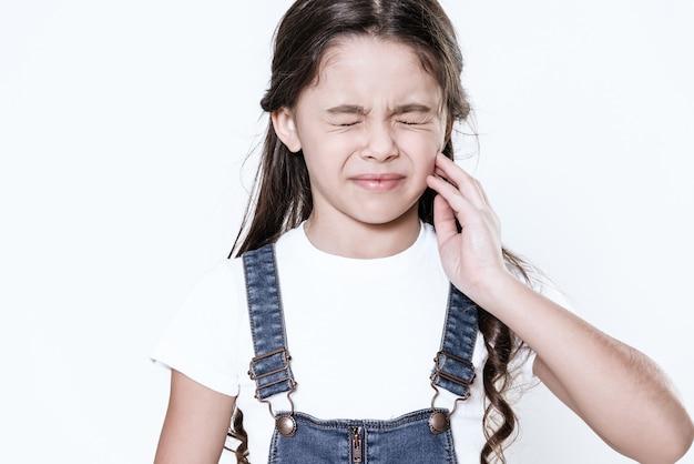 若い女性は彼女の背中に痛みがあります。彼女は気分が悪い。