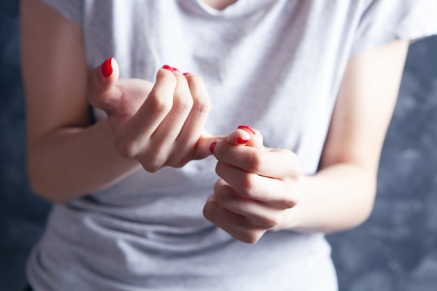 若い女性は指が痛い