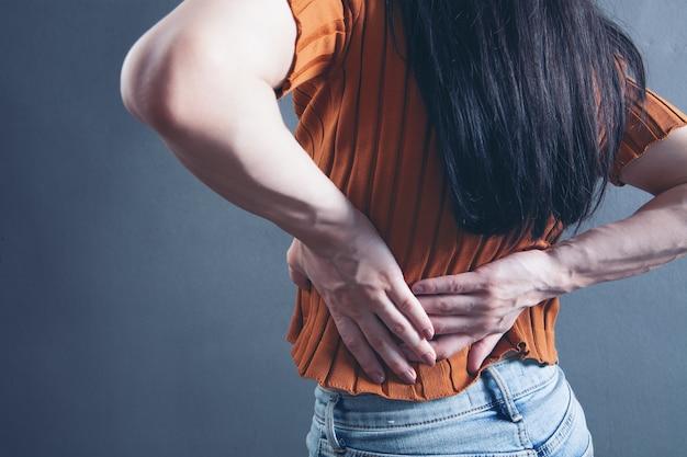 若い女性は腎臓の痛みがあります