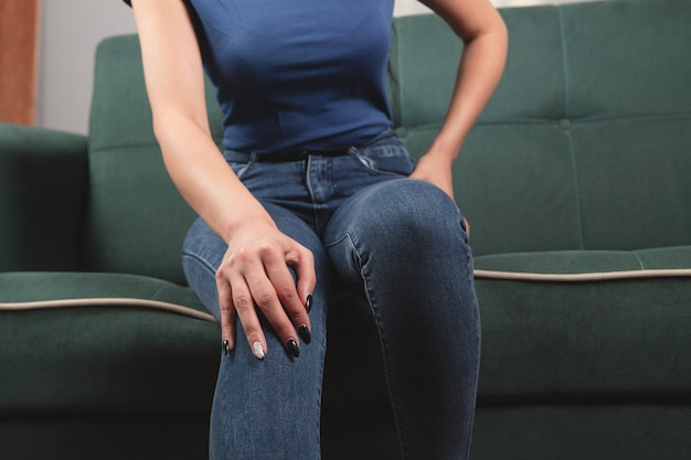 A young woman has a knee pain