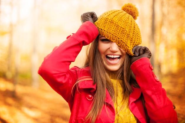La giovane donna si diverte con i vestiti di autunno