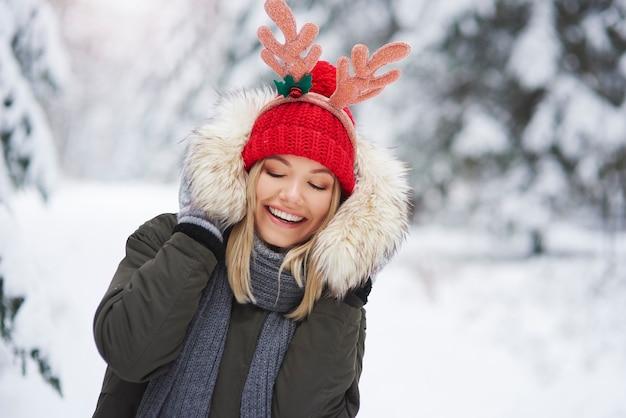 La giovane donna si diverte con i vestiti invernali