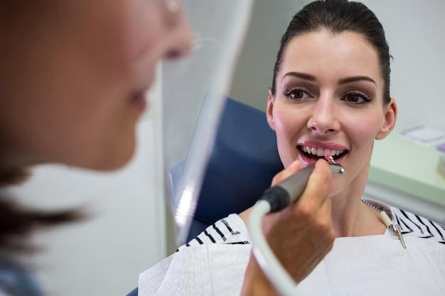 Молодая женщина, имея стоматологический осмотр