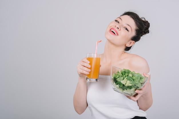 Молодая женщина, имея здоровую еду