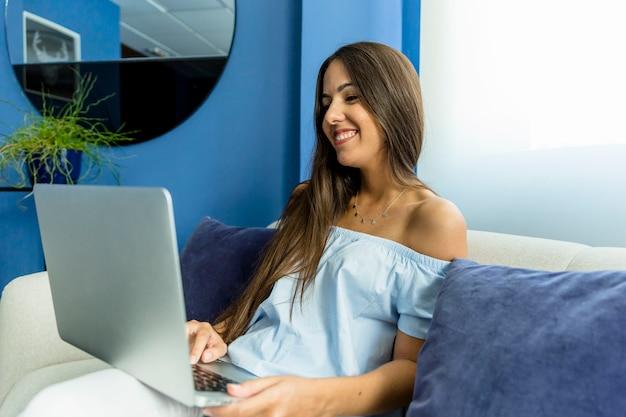 Молодая женщина с видеоконференцией