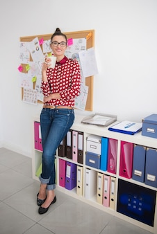 Giovane donna che ha una pausa in ufficio