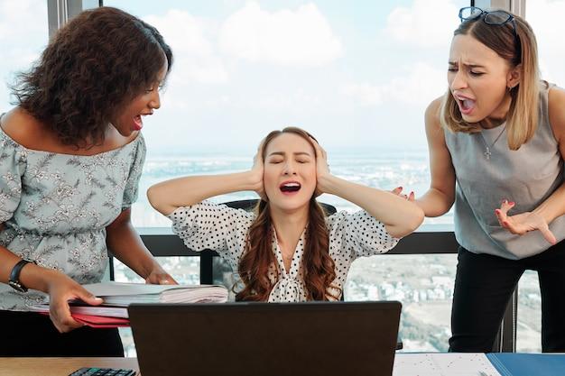 仕事で内訳を持つ若い女性