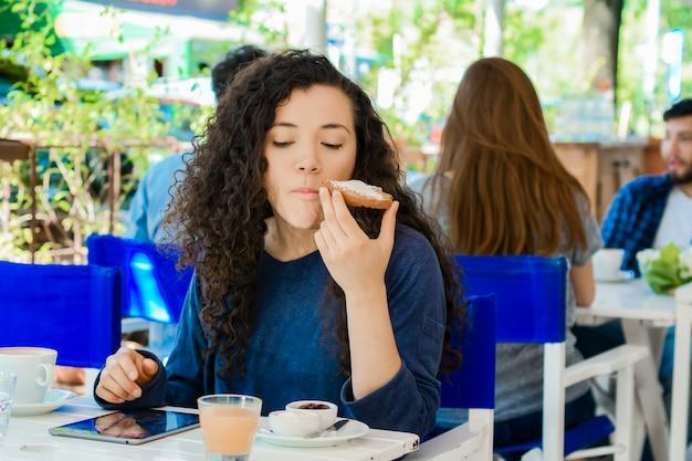 朝食を持っている若い女性。