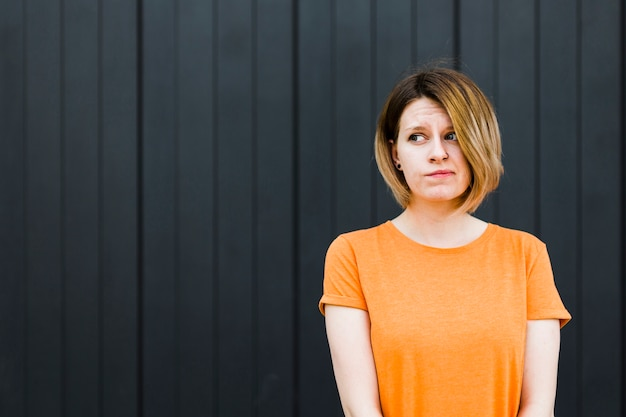 Молодая женщина, имеющая чувство сомнения и подозрения о чем-то