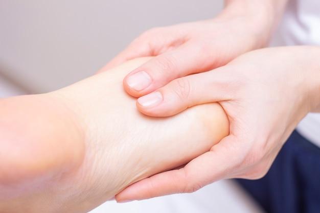 Молодая женщина, имеющая массаж ног в салоне красоты, вид крупным планом