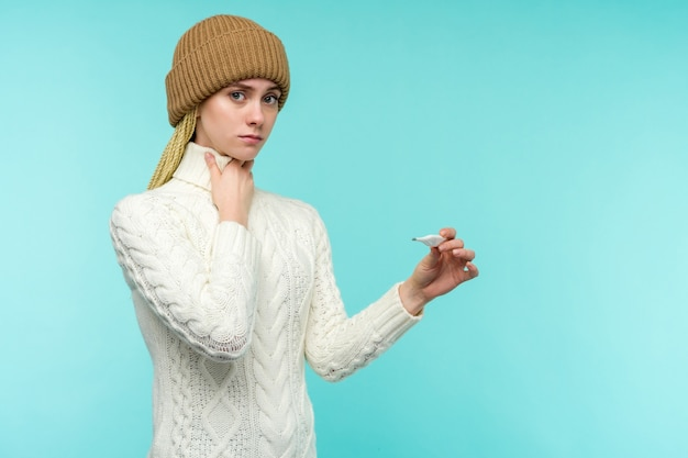 温度計を取る煙道を持っている若い女性