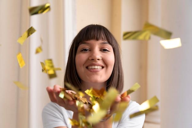 파티에서 즐거운 시간을 보내는 젊은 여성