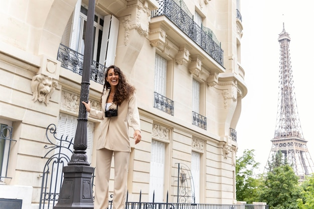 파리에서 즐거운 시간을 보내는 젊은 여성