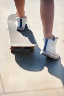 スケートパークで楽しんでいる若い女性