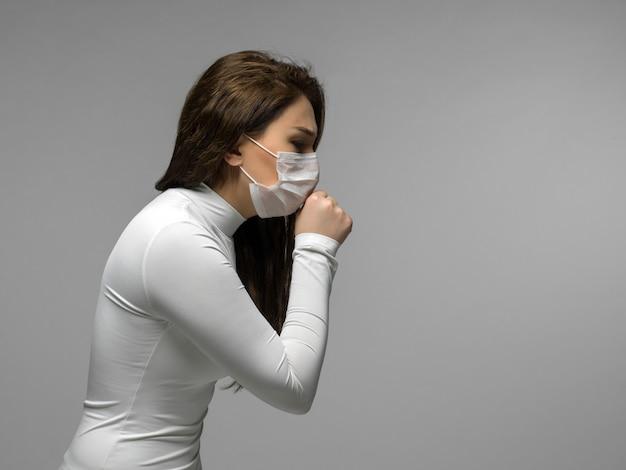 Giovane donna che ha problemi con la gola e la tosse