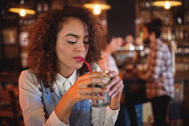 술집에서 레드 와인을 데 젊은 여자