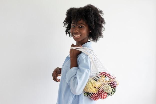 Giovane donna che ha uno stile di vita sostenibile al chiuso