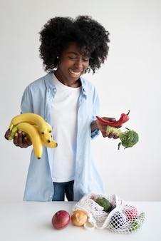 Giovane donna che ha uno stile di vita sostenibile al chiuso Foto Gratuite