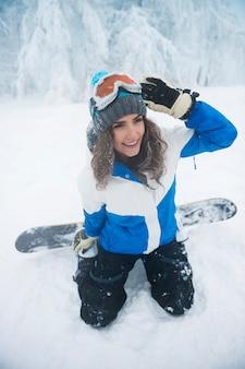 冬の時間のある若い女性