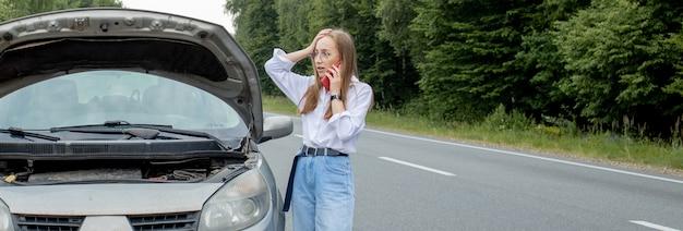 彼女の車に問題を抱えている若い女性
