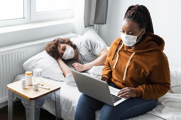 Giovane donna che ha una videochiamata con un medico per la sua amica