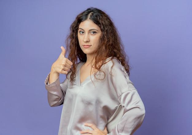 若い女性彼女の親指を青で隔離