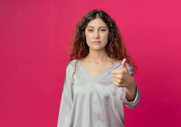 若い女性彼女の親指をピンクで隔離