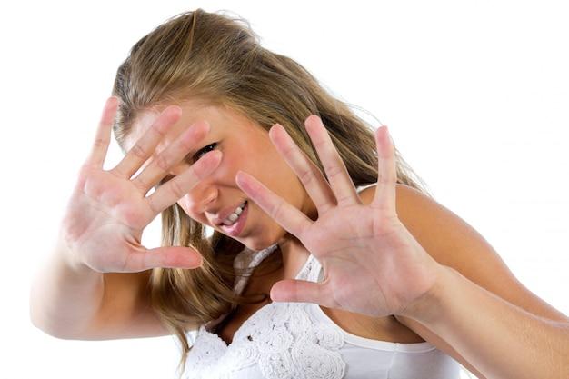 Молодая женщина скрывается от камеры
