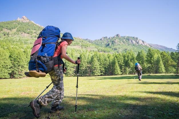 높은 산에서 트레킹 화창한 날에 젊은 여자 등산객