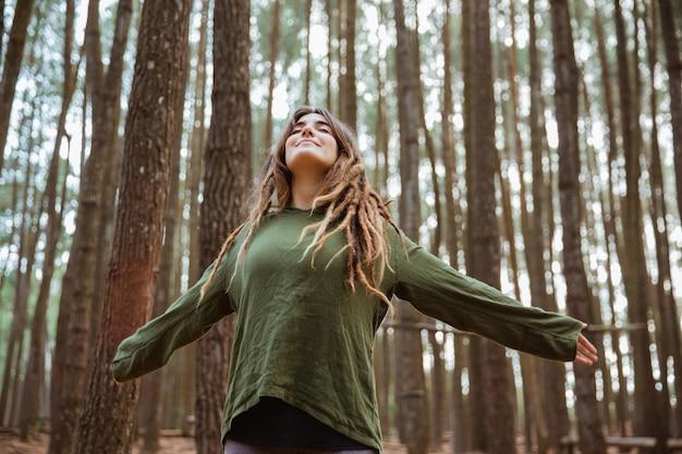 Молодая женщина турист отдыхает в лесу
