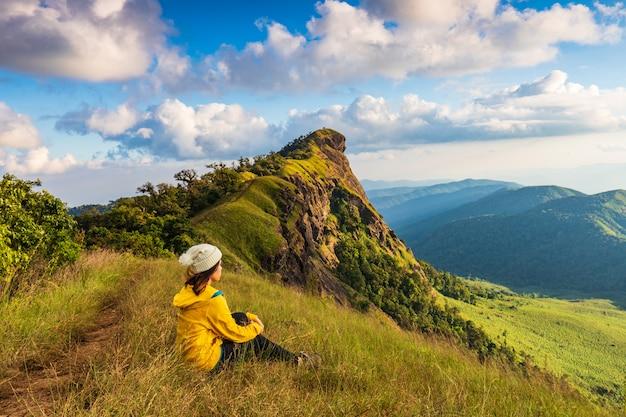 산에 하이킹하는 젊은 여자. 치앙마이, 태국